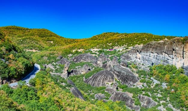 이오니아 해의 코르푸 섬. 그리스. 구름없이 화창한 날, 푸른 하늘에 나무와 관목 녹색 산의 아름 다운 풍경의 전망.