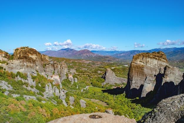 Остров корфу в ионическом море. греция. вид на красивый пейзаж зеленых гор с деревьями и кустами в солнечный день, голубое небо без облаков.