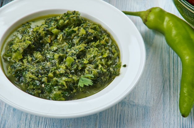Coriander chutney, 매운 녹색 고수 딥, 하이데라바디 요리, 아시아 전통 모듬 요리, 탑 뷰.