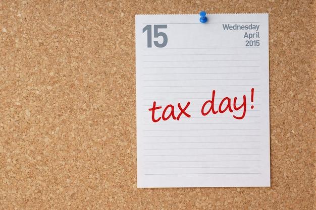 4月15日のカレンダーページとtaxdayリマインダー付きのコルクボード