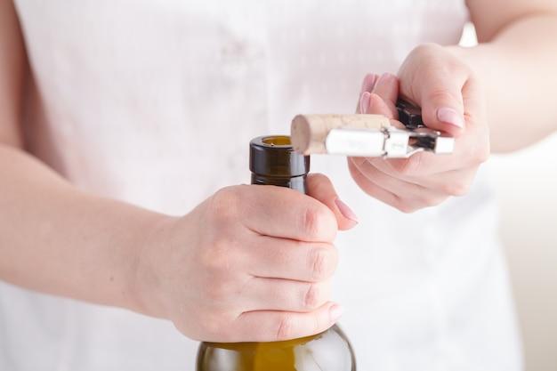 Штопор и бутылка вина на доске