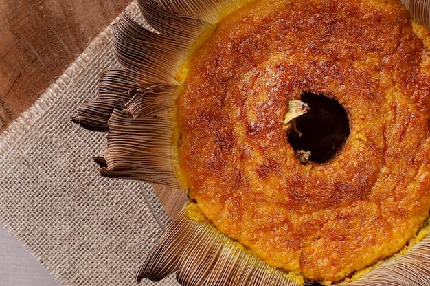빨대에 옥수수 케이크. 홈 메이드 케이크. 브라질과 남미의 전형. 평면도. 텍스트를위한 공간