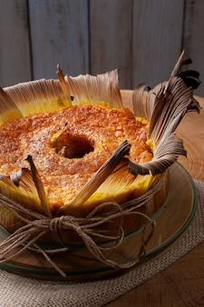 빨대에 옥수수 케이크. 홈 메이드 케이크. 브라질과 남미의 전형.
