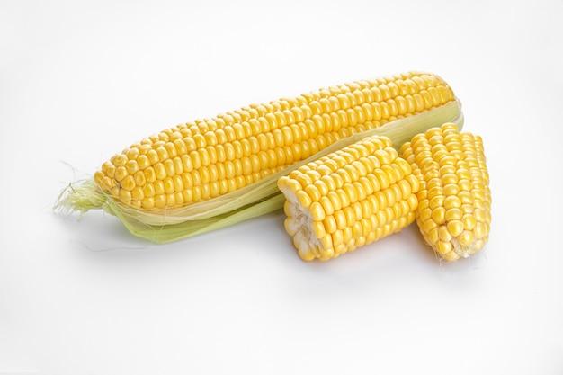 Початки кукурузы, изолированные на белом фоне