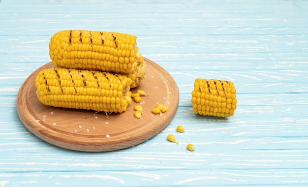 Corn cobs on a round cutting board