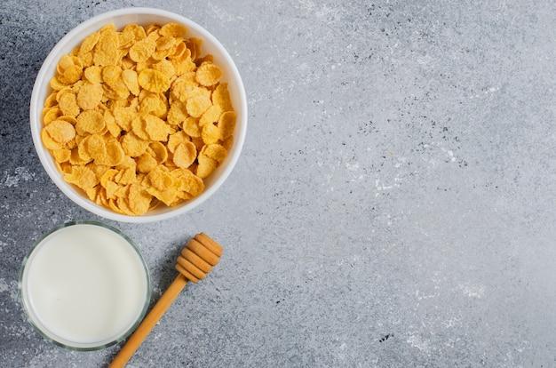 콘플레이크와 우유. 건강한 식단. 평면 평면도. 공간을 복사하십시오.
