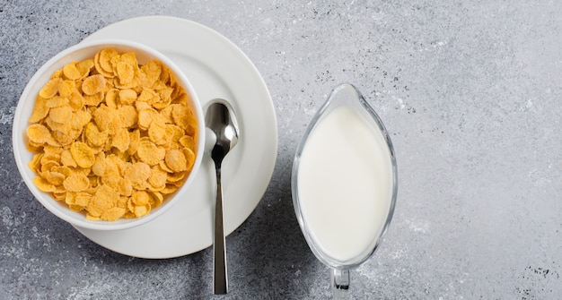 콘플레이크와 우유. 건강한 식단. 평면 평면도. 공간 복사