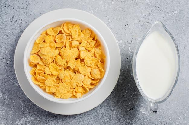 콘플레이크와 우유. 건강한 다이어트