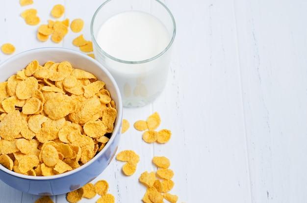 콘플레이크와 우유는 흰색 나무 테이블에. 건강한 아침 식사.