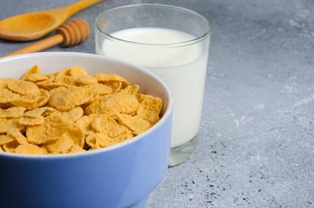 접시에 콘플레이크와 유리에 우유. 건강한 아침 식사. 공간을 복사하십시오.