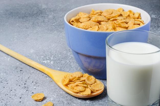 접시에 우유와 유리에 우유 콘플레이크.