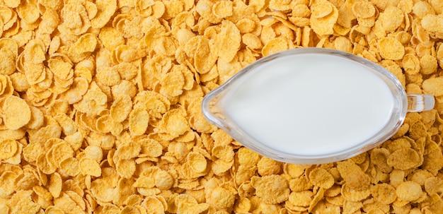 콘플레이크. 용기에 우유