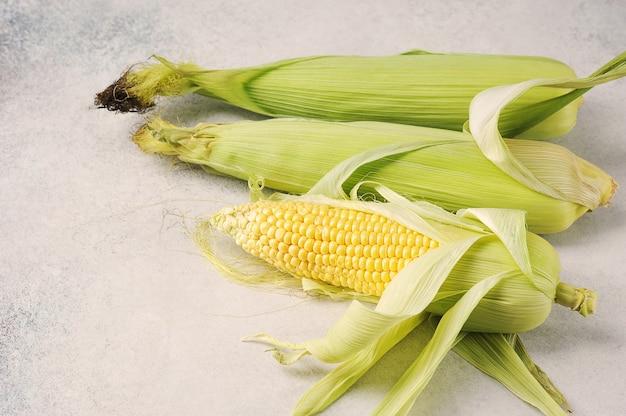 Кукуруза в початках на сером