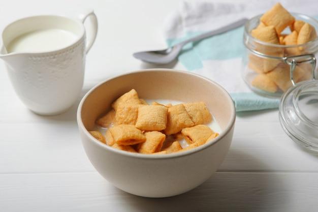 테이블 근접 촬영에 아침 식사로 우유와 옥수수 패드