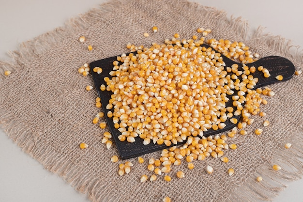 Семена кукурузы в деревенском стиле на сером бетоне.