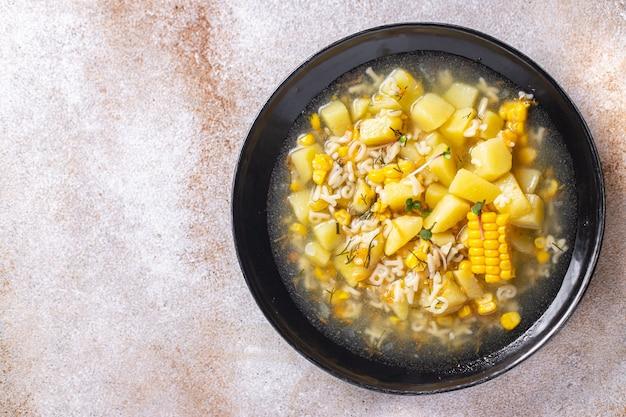 コーンスープベジタリアンファーストコース野菜ポテトパスタアルファベットベジブロス肉なし新鮮 Premium写真