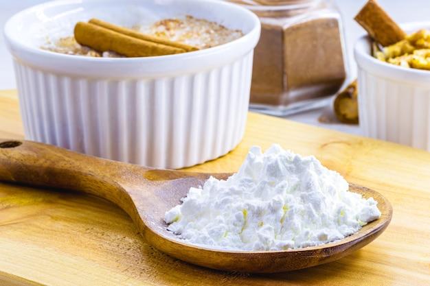 Кукурузный крахмал - это мука из кукурузы, используемая в кулинарии или для приготовления кремов в качестве загустителя.