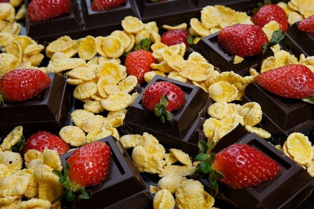 어두운 배경에 초콜릿 옥수수 딸기 디저트