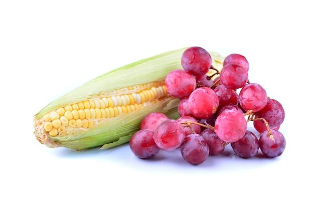 흰색 배경에 고립 된 붉은 포도와 옥수수