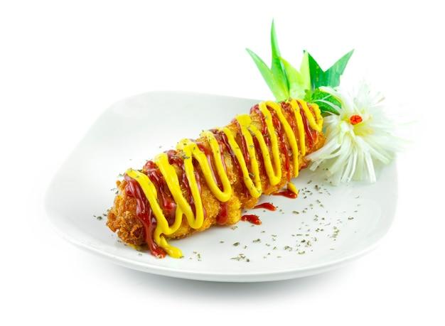 콘도그 감자튀김 모짜렐라 치즈 속 감자와 핫고그 스타일 한국 길거리 음식 인기 휴식 시간 메뉴 사이드 뷰
