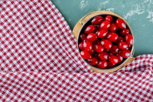 石膏とピクニック布のまな板とバケツのコーネルベリー