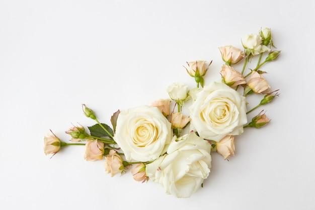 Угловая композиция из красивых роз