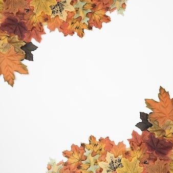 Композиция осенних листьев с угловой рамой