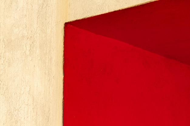 赤い壁の角