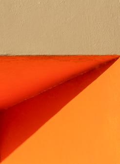 オレンジ色の壁の正面図のコーナー