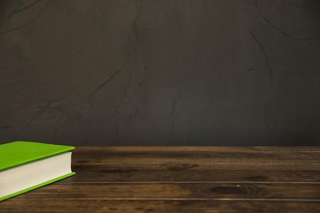 나무 바탕 화면에 책의 코너