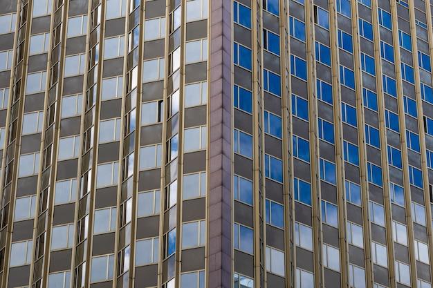 Угол офисного здания с окнами геометрический узор