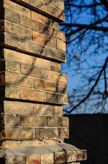 Уголок старой деревенской кирпичной стены
