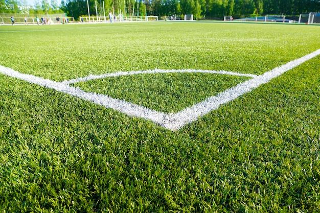 Угловое футбольное поле на зеленой искусственной траве