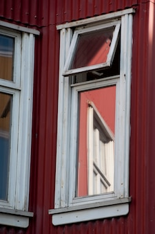 レイキャビクアイスランドの建物の窓のコーナービュー