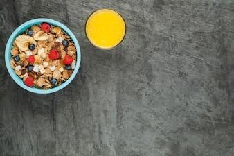 朝食のコーンフレークとオレンジジュース