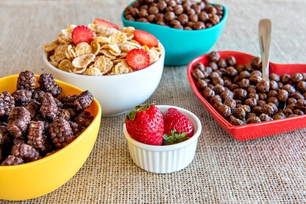 コーンフレークセット。朝食用シリアル。イチゴとコーンフレーク。
