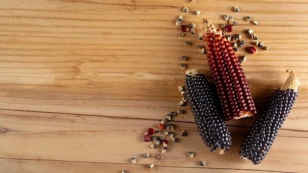 Зерна на деревянной доске