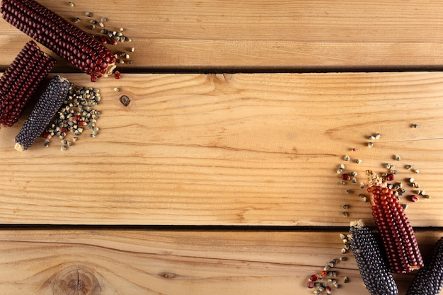 Mais su tavola di legno