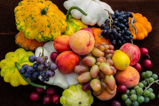 야채와 과일의 풍요의 뿔 봄 수확 정물 평면 누워