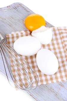 화관과 흰색 절연 나무 보드에 계란