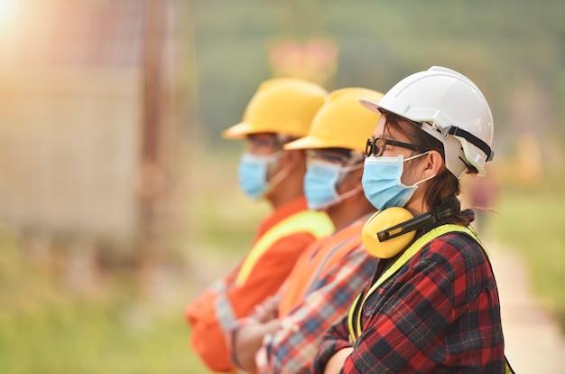 コロナまたはcovid-19は、建設の設計時にマスクを着用します。ニューノーマル。インダストリアルエンジニアリングチームはcovid19保護マスクを着用しています。労働者は検疫用フェイスマスクを着用します。