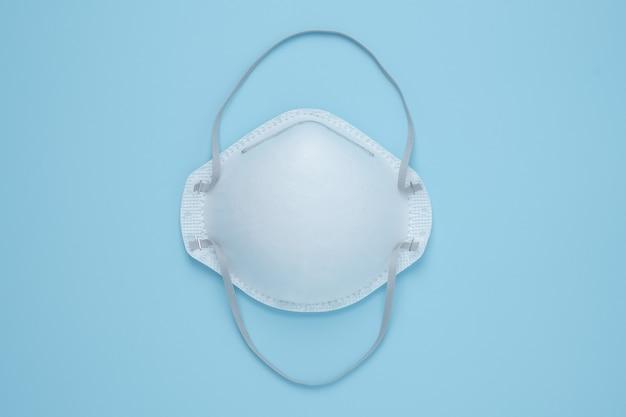 Защита от вирусов короны защитная маска для лица маски n95, изолированные на синем