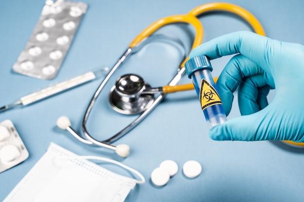 Концепция вакцины вируса короны с перчатками шприца и сини руки. вакцина концепция борьбы с коронавирусом.