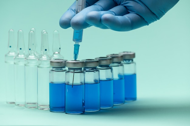 코로나 바이러스 백신 바이알 약병 및 주사기 주입.