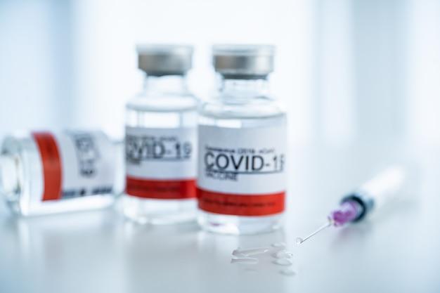 コロナウイルス-2019-注射用のみのncovまたはcovid-19ワクチンボトル。 covid-19での緊急ワクチン研究と生産使用-コロナウイルス病。 covid-19ワクチンはコピースペースでクローズアップします。