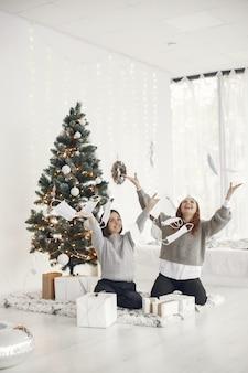 Коронавирус и рождественская концепция. женщины дома. дама в сером свитере.