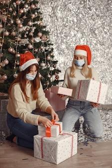 코로나 바이러스와 크리스마스 개념.