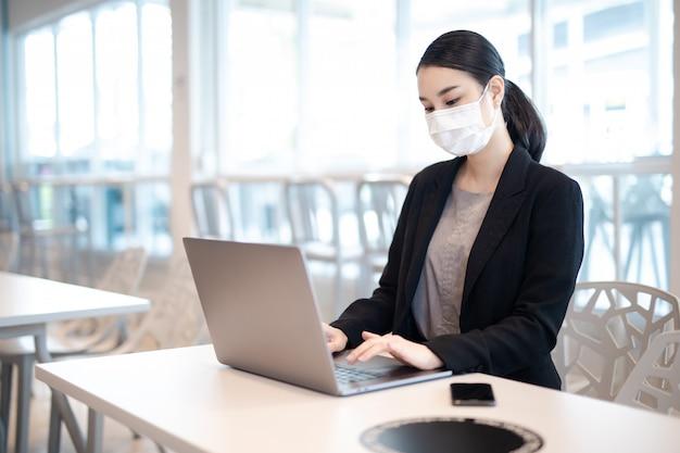 코로나 바이러스. 보호 마스크를 착용하는 가정에서 일하는 비즈니스 여자. 보호 마스크를 착용하는 코로나 바이러스에 대 한 격리에서 비즈니스 여자. 재택 근무.