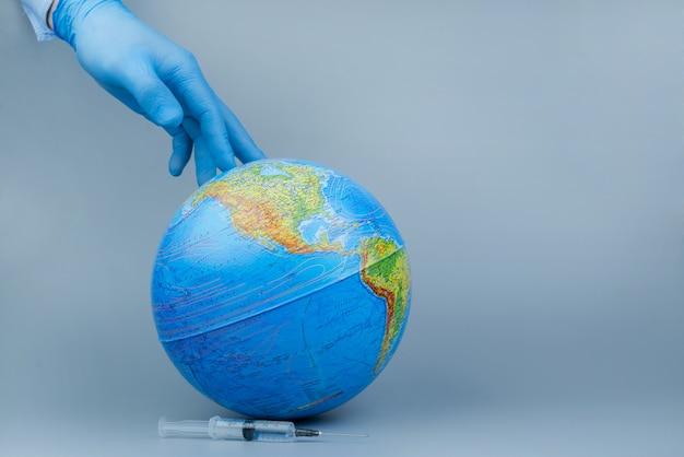 코로나 바이러스 / 코로나 바이러스 개념. 세계 / 지구는 코로나 바이러스에 맞서 싸울 마스크를 넣습니다. 바이러스와의 싸움의 개념입니다.