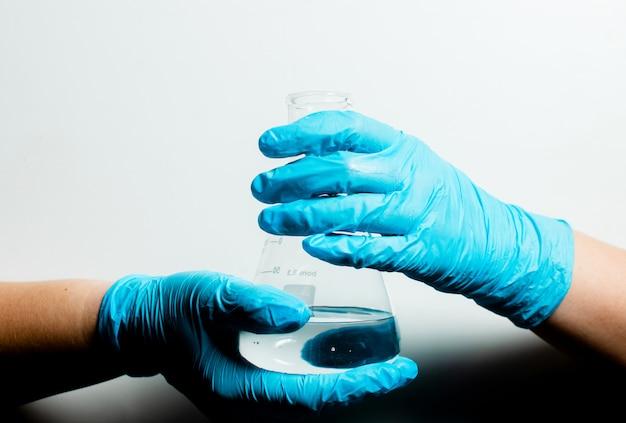 Анализ крови на коронавирус covid-19. руки с тестовыми материалами. процедура медицинского обследования